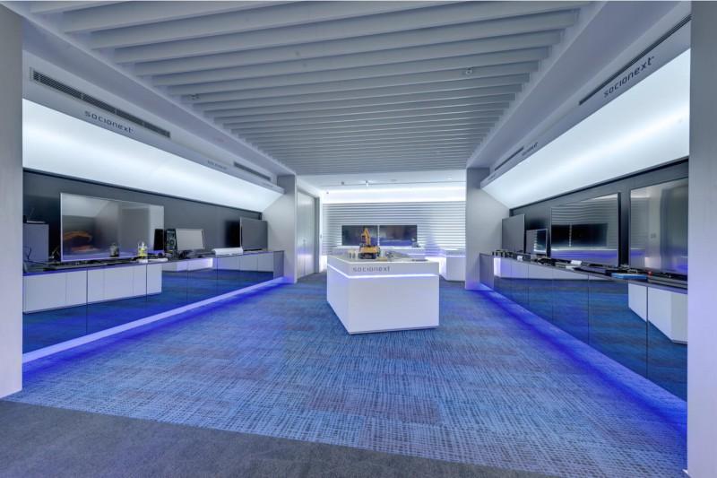 進到商品展示區域,即呈現高科技的未來感 用浮空燈條、光束、大片延伸線板打造 將人文跟科技感完美結合